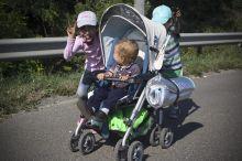 Kivonulás III Szeptember 4-én elege lesz a Keleti pályaudvarnál vonat nélkül maradt tömegnek. Gyalog indulnak a menekültek Bécs felé. Gyerekek az M1-es autópályán.