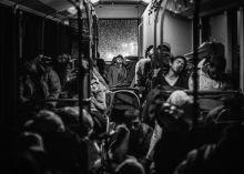 Mindegy, csak tovább Menekültek egy Ausztria felé tartó buszon, miután több ezer társukkal 35 kilométert gyalogoltak a Keleti pályaudvarról az M1-es mentén.