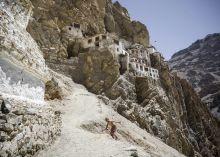 Ladakh A Himalája hatalmas vonulatai között, 3-4000 méteres magasságban fekszik Ladakh. Bár a lakosság buddhista, ez a terület nagyban különbözik Tibettől. A magashegyi sivatagos időjárás és az infrastruktúra hiánya miatt Ladakh nem áll a figyelem középpontjában, lényegében évszázadok óta ugyanúgy élik a mindennapi életüket.