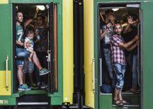 Tovább Menekültek egy Keleti pályaudvaron álló vonaton.