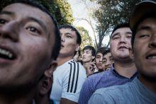 Kintrekedtek. Kirgizisztán - Ausztrália világbajnoki selejtező mérkőzés. Biskek, Spartak stadion,  2015. június 16. Kirgizisztán-Ausztrália világbajnoki selejtező futballmérkőzés. A biskeki, 18 000 férőhelyes Dolen Omurzakov stadion teljesen megtelt, de nem teljesen a jegyet vásárló szurkolókkal. A világranglista 178. helyén álló országban nem várt érdeklődés fogadta a Soccerok látogatását, a stadionba több ezer szurkoló mászott be illegálisan. A kivezényelt katonaság és a rohamrendőrök óvakodtak a beavatkozástól, az országban ugyanis 2010-ben volt utoljára forradalom, amely az utcákról indult.  Több tucat ausztrál szurkoló rekedt kint, a kevésbé szerencsés helyiek fák, épületek tetejéről lesték a játékot