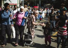 Két sors Nyáron menekültek tízezrei lépték át a magyar határt. Több ezren a Keleti pályaudvarnál ragadtak, majd szeptember 4-én gyalog indultak el Ausztria felé. Egy idős nő meghatódva nézi a menekült tömeget.