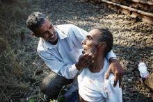 Az utolsó út Testvérpár a bicskei vasútállomáson. Több nappal hazánkba érkezésüket követően nehézkes, de reményteljes indulás után az idős férfi hosszú percek alatt testvére karjaiban halt meg a sínek mellet.