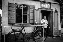 """Fodrász Soltész Sándor 95 éves, több mint 70 éve dolgozik  szakmájában. különleges hangulatú műhelyében  heti hat nap várja az ügyfeleit.  Mint mondja: """"mert szeretem az embereket"""""""