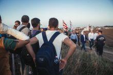 Menekült A Jobbik Vona Gábor vetésével megérkezik a Szerb-Magyar határra, ahol a menekültek értetlenül fogadják a nagy felhajtást.