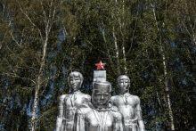 A Győzelem Napja (Kirgizisztán, 2015. május 8-9.) Az egykori szovjet közép-ázsiai tagállamokban is megrendezik a II. Világháborúra emlékező Győzelem Napjához kapcsolódó parádékat. Az idei 70. évforduló Kirgizisztán szempontjából különösen jelentős volt, mert az ország 2015-ben vált az Eurázsiai Gazdasági Unió teljes jogú tagjává. Ez számos változást hoz Közép-Ázsia egyetlen demokráciájában. Az Oroszországgal egyre szorosabbra fűződő gazdasági és politikai együttműködés erősségét jól jelzi, hogy május 9-én Kazahsztán, Fehéroroszország, Kirgizisztán és Örményország vezetői Moszkvában tekintették meg a parádét, majd Vladimir Putinnal tárgyaltak.
