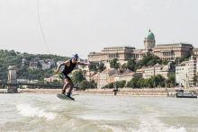 Wakeboard a dunán Szoláth Szebasztián a dunán wakeboardozik a budapesti Red Bull Air race alatt.