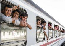 Félúton Menekültek a pélmonostori vasútállomáson.