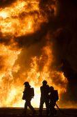 Tűzzel játszók 2015.május 9. Hőterhelési gyakorlat Budapesten. A tűzoltók több, mint húsz tonna égő üzemanyag 40 méteres lángjai mellett tanulják meg, hogy kezeljék a rájuk ható extrém hőterhelést.