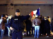 Párizs arcai a terrortámadás után November 13.-án este soha nem látott terrortámadások sokkolták a világot. Több párizsi helyszínen támadtak a terroristák, gépfegyverekkel mészárolták le az embereket, akik éttermekben vacsoráztak, vagy a Bataclan koncerteremben hallgatták a rockzenét. A tragédia utáni napokon a gyász és a döbbenet látszott a párizsi emberek arcán, akár a támadások helyszínén őrt álló rendőr arcát fürkészte, akár a civilekét. Napok múlva enyhült csak a feszültség, ekkor a nemzeti színű díszkivilágításba öltöztetett Eiffel-torony előtt már nem csak könnyes arcokat lehetett látni.