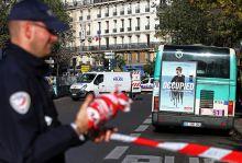 Párizs a támadás után November 13.-án este példátlan terrorhullám söpört végig Párizson. Több helyszínen támadta ártatlan párizsi emberekre, akik a péntek esti programokat élvezték, vacsoráztak vagy koncertet hallgattak. A támadást követő napokon mindenki számára érezhetően megnőtt a feszültség a városban, a gyász mellett a gyanakvás és a félelem is kiköltözött az utcákra.  A rendőrség minden gyanús csomagot potenciális bombaként kezelt, az emberek pedig gyanakvással tekintettek a muzulmán kinézetű emberekre. De a kivilágított Eiffel torony megmutatta a világnak, hogy a francia embereket nem tudja megtörni a terror