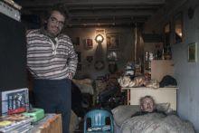 Hajléktalanok fedél alatt Dunaújváros- Hárman egy garázsban: Ferenc az ajtóban, László fekszik, a háttérben Anna. A helyért bérleti díjat kell fizetni. De a tulajdonos is, akinek fizetik, a havi tízezer forintot, garázsban él