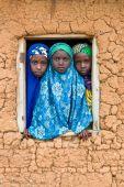 Iskolás lányok Észak-Nigéria, Kajuru környéki helyi iskola.  2015. augusztus  09. Manapság sok iszlám iskola vezeti be a vallási oktatás mellet a világit is. Ez az újítás egyre népszerűbbé teszi ezeket az iskolákat