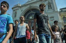 Migráns tüntetés a Keletinél Több országból származó migránsok tüntetnek a magyar migrációs eljárás (migrációs irányelvek) ellen a Keleti Pályaudvarnál Budapesten 2015. augusztus 30-án.