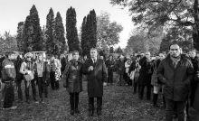 Tiszteletadás Orbán Viktor miniszterelnök (k) és felesége, Lévai Anikó Göncz Árpád volt köztársasági elnök temetésén az Óbudai temetőben 2015. november 6-án.