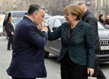 Kézcsók Orbán Viktor miniszterelnök fogadja  Angela Merkel német kancellárt a Parlament főlépcsőjénél 2015. február 2-án.