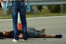 Rendőrök elől menekült, elcsapták Egy rendőrségi razzia után próbált az M5-ös autópályán át menekülni egy menekült, akit egy autós halálra gázolt az M5-ös autópályán Röszke közelében július 15-én.