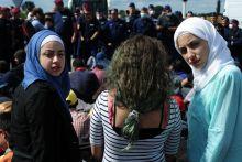Rendőrsorfal előtt Migránsok a rendőrsorfal előtt Röszke közelében a gyűjtőpontnál szeptember 7-én.