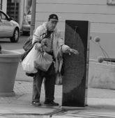 Hontalanság Egy pécsi hajléktalan egy nyilvános kutat használ hűsölés céljából.
