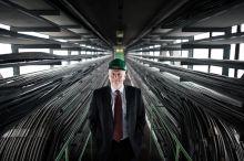 Péterffy Attila A pécsi hőerőmű korábbi vezérigazgatója az erőmű elektromos vezérlője előtt.