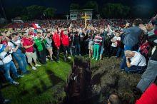 Futball temetés Szurkolók jelképesen eltemetik a pályán a pécsi futballt a PMFC-Nyíregyháza találkozó végén május 29-én. A csapat nem kapta meg az élvonalbeli induláshoz szükséges licencet a 2015/16-os idényre