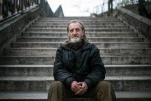 Kiszolgáltatva Hajléktalan férfi portréja Budapest 2. kerületében 2015. március 25-én. Több mint egy évtizede él az utcán, munkát nem kap; így nincs sok lehetősége, hogy újra rendezett körülmények közt éljen.
