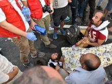 """Ahmed Szeptember 16-án a Horgos2-Röszke határzár áttörésére lázító """"terroristagyanús"""" szíriai Ahmed H. a balhét követően a földön fekve pihen. Később Magyarországon tűnt fel, ahol őrizetbe vették."""