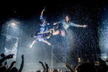 """""""Eső"""" A Fuerza bruta táncosai repkednek a levegőben a produkciójuk alatt a SZIGET fesztiválon. 2015.08.15"""