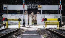 Egy kávé a Déliben? 2015 elején a Déli pályaudvart két hónapra lezárták. A vonatok hiánya nemcsak az utasok, hanem a pályaudvar vállalkozásainak életét is megnehezítette: többnyire csak a plakátokon gőzölgött a kávé.