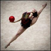 Labdával A szerb Milena Milacic mutatja be labdagyakorlatát a a IV. Magyar Ritmikus Gimnasztika Világkupa versenyének selejtezőjében  2015. augusztus 7-én a  a budapesti Syma Csarnokban.