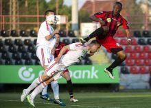Balfejes A kispesti Souleymane Youla (j) gólt szerez a debreceni Dusan Brkovic mellett a Budapest Honvéd - DVSC-TEVA találkozón a budapesti Bozsik Stadionban 2015.április 26-án.