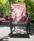Képben Kádár Jánost ábrázoló képet visznek a Munkáspárt megemlékezésére a Fiumei úti temetőben, a politikus halálának 26. évfordulóján, 2015. július 4-én.