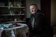 Erzsike, aki 34 200 Ft-os nyugdíjból  (110 EUR)  él havonta A 65 éves Székely Antalné Erzsike havi 34 200 (110 EUR) forintos nyugdíjából él Újpesten. Miután kifizeti a lakás bérleti díját és rezsi költségeit, 21 450 forintja marad.