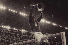 A győzelem íze BUDAPEST, Groupama Aréna, 2015. 05. 20. - Vladan Cukic, a kapu tetején őrjöng a Magyar Kupával, amit 11 év után, sikerült újra elhódítania a Ferencvárosnak.