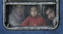 Sorsok Menekültválság a magyar-osztrák határzónában. A fényképek a Magyar - Osztrák határon (Hegyeshalom - Nickelsdorf), határátkelőponton, az itt létesített tranzitzónában, a hegyeshalmi és a Nickelsdorf-i vasútállomáson készültek szeptember 5 és október 7 között