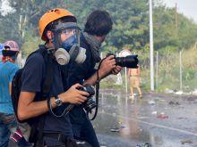 Álarcos lesifotós A szeptember 16-i Horgos 2 - Röszke határátkelőhely ostromán mindenre felkészült fotóriporterek igyekeztek megörökíteni az eseményeket. A gázálarcra nagy szükség volt  a könnygázfüstben.