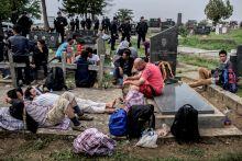 Menekültek a holtak földjén Menekültek várják sorsukat Tovarnik közelében, a szerb-horvát határ közötti senki földjén, egy temetőben 2015. szeptember 24.-én.