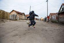 A monori Tabánból az NB II-be Maka István 2011-ben szociális munkásként érkezett a monori Tabán-telepre, ahol a Máltai Szeretetszolgálat 2004-ben indította el a Monori Tabán Integrációs Programot. Csoki – ahogy Monoron mindenki ismeri – az ott élő roma fiatalokból futsalcsapatot szervezett, a sport pedig célt adott a napjaikat sokszor kilátástalanul tengető fiataloknak. A Szeretetszolgálat 2013-ban sportegyesületet alapított, s ma már országszerte, minden korosztályban várják a focizni vágyó roma fiatalokat, akik közül a legtehetségesebbek az NB II-es bajnokságban szereplő felnőtt csapatba kerülhetnek.