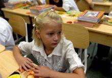 Első nap az iskolában Egy kislány  a Medgyessy Ferenc Német Nemzetiségi Nyelvoktató Általános Iskola 1. b osztályában az első tanítási napon, 2015. szeptember 1-én.
