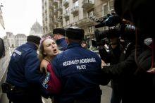 Putyin Budapesten Rendőrök viszik el a Femen nőjogi szervezet tüntető aktivistáját az Országház közeléből február 17-én, amikor a hivatalos látogatásán lévő Vlagyimir Putyin orosz elnök megérkezik Budapestre.