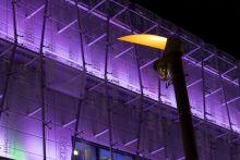 Színes fények Esti kivilágítás és lámpa Budapesten, a MOM Park bevásárlóközpontnál 2015 őszén.