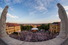 Miénkitta tér Július 24. és augusztus 2. közt Pécsett került megrendezésre a XIX. Europa Cantat. A kórusfesztivál több mint 130 koncerttel várta az érdeklődőket. A fotó az augusztus 1-i zárórendezvényen készült.
