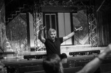 Alföldi, a nagy varázsló 2015. 06. 09-én Alföldi Róbert, a POSzT off programjaként szereplő Az Őrült Nők Ketrece előadás előtt, a pécsi Kodály Központban eligazítást tart a társulat tagjainak.