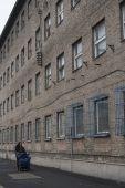 Szállás Az 1892 óta ipartelepként működő, közel 200 hektárnyi kiterjedésű Csepel Vas- és Fémművek területén, a mára többnyire elhagyatott gyárépületek, égbe nyúló kémények, rozsdásodó acélszerkezetek között az egykori Csőgyár négyszintes irodaépülete az üzem megszűnte után férfi munkásszállóvá alakult. A polcokon az iratok helyét ruhák foglalták el; az íróasztalok az emeletenkénti közös konyhában étkezőasztalként szolgálnak tovább. A munkahelyek további csökkenésével – munkásszállóra sem igazán lévén már szükség – e szálló elszegényedett sokgyerekes családok, kisnyugdíjasok utolsó menedékhelyévé vált.