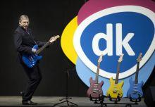 A nagy művész Gyurcsány Ferenc, a legsikeresebb baloldali ellenzéki párt a Demokratikus Koalíció elnöke gitárt ragad a párt tisztújító kongresszusán a budapesti Hungexpon február 21-én.