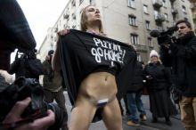 Go home Femen nőjogi szervezet tüntető aktivistája az Országház közeléből február 17-én, amikor a hivatalos látogatásán lévő Vlagyimir Putyin orosz elnök megérkezik Budapestre.