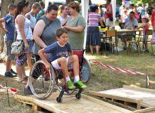 Tolókocsipróba  A zentai nyári Mosolytenger Gyermekfesztiválon egészséges gyerekek próbálták ki a tolókocsis közlekedés buktatóit. Ezek a gyerekek később megértőbben viszonyulnak mozgássérült pajtásaikhoz.