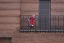 Magány Mikulásfigura egy budapesti ház erkélyén 2015 karácsonyán.