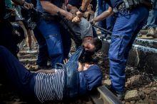Bicske Elszabadult indulatok a bicskei vonatállomáson 2015.09.03.-án. Rendőrök próbálják leválasztani feleségéről a férjét, miután a férfi  elvesztette a fejét és a sínek közé ugrott a családjával.