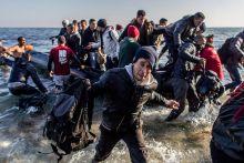 Partraszállás Menekültek szállnak partra Leszbosz partjain. 2015.12.06 Görögország, Leszbosz